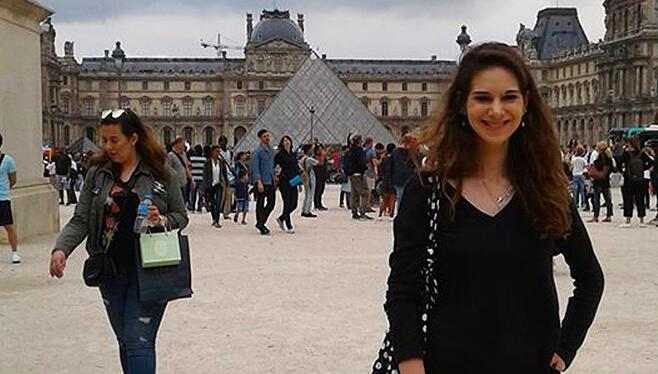 Sarah at The Lourve